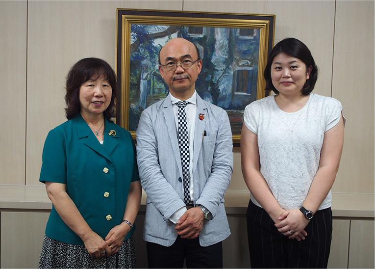 写真:宮澤校長先生、英語科担当の片岡先生、情報システム担当の平野先生