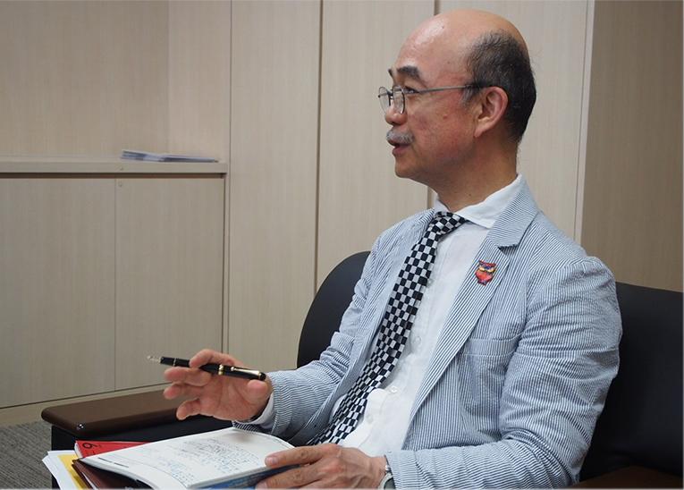 写真:英語の授業を担当されている片岡先生